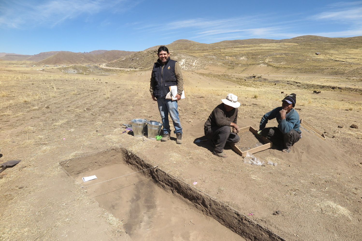 During the excavations, we look for dark stains that indicate the presence of archaeological features. Luis, Alberto, and Rohelio.